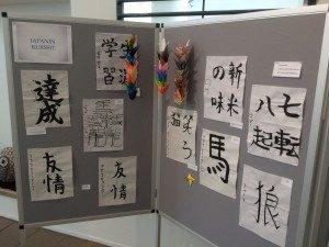Japanin opiskelijoiden kalligrafiaa ja origameja